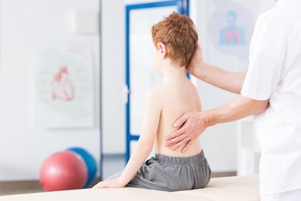 Rückenschmerzen durch Skoliose bei Kindern