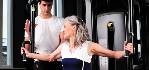 Gerätetraining unter professioneller Anleitung kann der Rückenmuskulatur zuträglich sein