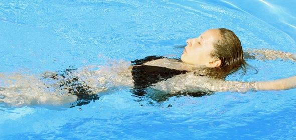 Rückenschwimmen ist gut für den Rücken und schont die Gelenke