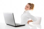 Sitzen und Büroarbeit kann dem Rücken schaden